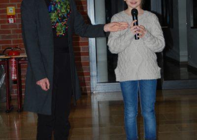 Katja Wittmann aus der 6.Klasse mit beiden Händen am Mikrofon