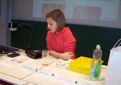 Sophia Pongratz 6b beim Vorstellen ihrer Versuchsergebnisse_Easy-Resize.com