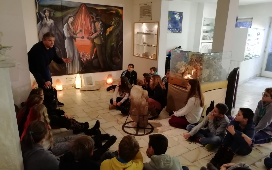 Fünftklässler erkunden Kristallmuseum