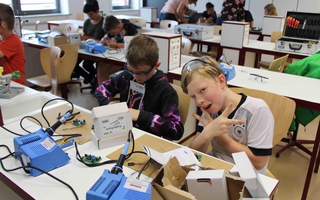 """Schüler an der Lötmaschine – """"Technik für Kinder"""""""